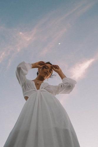 modna stylizacja z białą sukienką